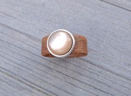 Ring aus Kork vegan mit einer farblich passenden Perle auf Zamak in braun