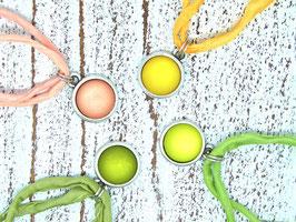 Kurze Seidenkette mit farblich passendem Anhänger