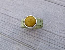 Ring aus Kork vegan mit einer farblich passenden Perle auf Zamak in olivgrün