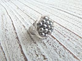 Ring Nest mit echten Süßwasserperlen in grau und Edelstahlringschiene
