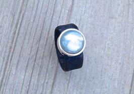 Ring aus Kork vegan mit einer farblich passenden Perle auf Zamak in dunkelblau