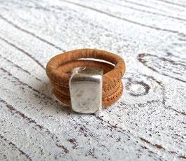 Ring aus veganem Kork in beige mit einem schlichten Zamak Element