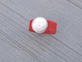 Ring aus Kork vegan mit einer farblich passenden Perle auf Zamak in rot