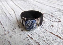 Ring aus Kork in schwarz mit verwitterndem blauen Achat