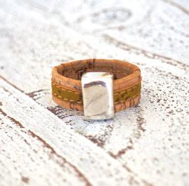 Ring aus Kork vegan zweifarbig in olivgrün beige mit Zamakelement
