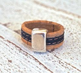Ring aus Kork vegan zweifarbig in dunkelblau beige mit Zamakelement