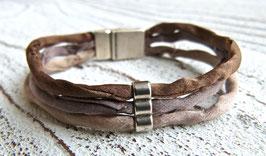 Armband aus Seide in dreierlei Tönungen beige/braun mit einem pfiffigen kleinen Zamak Element