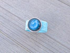 Ring aus Kork vegan mit einer farblich passenden Perle auf Zamak in türkis