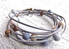 Lederarmband grau mit Polaris Perlen (Achtung die dunkelgraublauen Perlen sind nicht mehr lieferbar und nicht mehr enthalten)