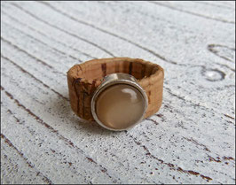 Ring aus veganem Kork mit einer farblich passenden Perle auf Zamak in beige