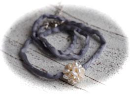 Kurze Seidenkette mit geknüpfter Kugel aus kleinen Süßwasserperlen