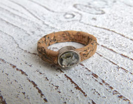 Ring aus veganem Kork mit einem Kristall in natur beige