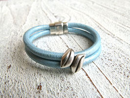 Lederarmband in hellblau metallic mit Zamak Element Blatt