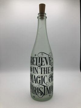 """Weinflasche mit Lettering und Korken-Lichterkette (Farbe Weiß - """"Believe in the magic of Christmas"""")"""