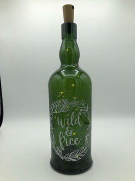 """Weinflasche mit Lettering und Korken-Lichterkette (weiß - """"wild & free"""")"""