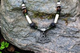 Einreihige Halskette auf Lederband, Anhänger Thorshammer.