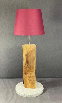 Lampe aus Eichenholz auf Steinplatte