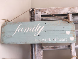 """Shabby chic Holzschild """"family is a work of heart"""""""