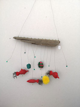 Mobilé mit roten Fischen