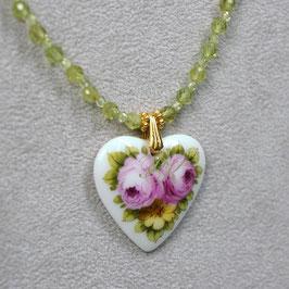 Herzmedaillon , Rosen und gelbe Blüte