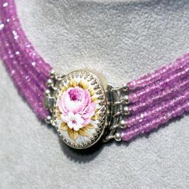 Kropfkette Medaillon Rose mit weisser Blüte, Saphir