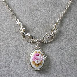 Kette mit ovalem Medaillon, Rose mit weisser Blüte, gefasst in Silber