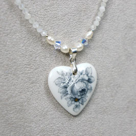 Herzmedaillon mit grauer Rose