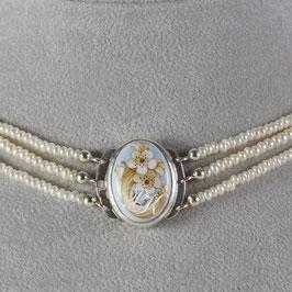 Kropfkette Medaillon Blumenornament, Perlen