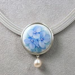Kette Blaue Hortensie, massiv in Silber gefasst mit Tropfenperle