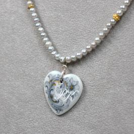 Herzmedaillon mit Grau-Gold-Ornament