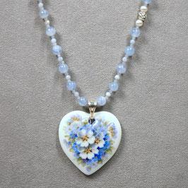 Herzmedaillon , Bukett blau/weisse Blüten