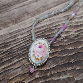 Kette mit ovalem Medaillon mit Rose und weisser Blüte,