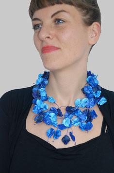 Seidenblütenketten in Blautönen