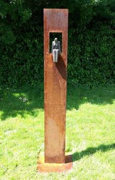 """Skulptur aus Eisen und Keramik """"Sitzende Frau"""" 200 cm"""