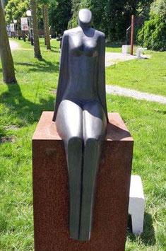 "Skulptur aus Keramik ""Sonnende Frau"" 40 cm"