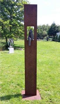 """Skulptur aus Eisen und Keramik """"Sitzende Frau II"""" 225 cm"""