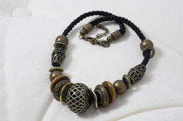 Halskette mit Metalelementen