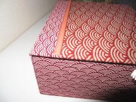 personalisierbare  Schmuck-Schatulle, Japanstoff Wellen rot groß und klein, Schatzkästlein ein Geschenk zum Geburtstag