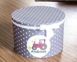 Erinnerungsbox Andreas,  Namensbox in verschiedenen Farben mit Motiv - Bagger, Traktor rot (Bulldog), Stern, Regenbogen - Babygeschenk Junge