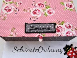 Rosen auf Grau, kleine Schatzkiste, Deckel mit Rosenmuster, Box in grauem Leinenstoff, personalisierbar