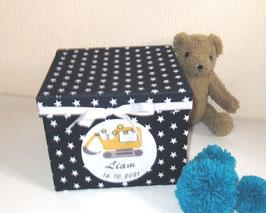 Erinnerungsbox Liam,  Namensbox in verschiedenen Farben mit Motiv - Bagger, Traktor rot (Bulldog), Stern, Regenbogen - Babygeschenk Junge