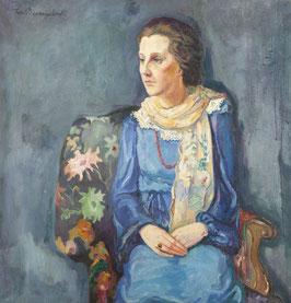 Vrouw in stoel met blauwe blouse en rok.