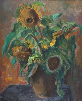 Vaas met uitgebloeide zonnebloemen.