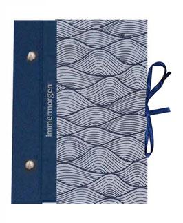 """Schraubalbum / Gästealbum DinA5 mit  25 Blatt , 160g Papier plus Zusatzpaket 20 Blatt, Wellen mildesblau drachenblau, mit Schrift """"immermorgen"""""""
