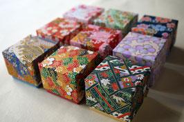 千代紙と鳥の子紙を貼り紙に使用した小箱の貼り箱