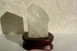 Bergkristal ruw op houten voet