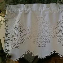 kurzer Scheibenvorhang mit zartem Blümchenabschluss