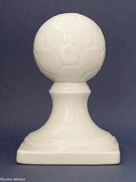 Fußball auf Sockel aus Porzellan