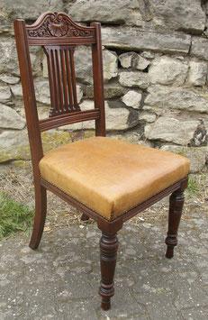 4 antike Stühle aus Massivholz