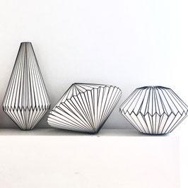 Origamilampe gefaltet aus Papier Schwarz-Weiß